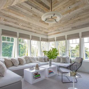 Réalisation d'une véranda marine avec un plafond standard et un sol gris.