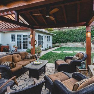 Kleiner Asiatischer Wintergarten mit Betonboden, Kamin, Kaminsims aus Stein, normaler Decke und grauem Boden in Santa Barbara