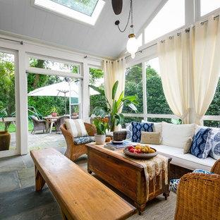 Inspiration för ett tropiskt uterum, med takfönster och grått golv