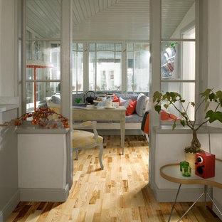 Inspiration för ett litet nordiskt uterum, med ljust trägolv, tak och gult golv