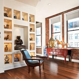 シカゴの中サイズのアジアンスタイルのおしゃれなサンルーム (淡色無垢フローリング、標準型暖炉、漆喰の暖炉まわり) の写真
