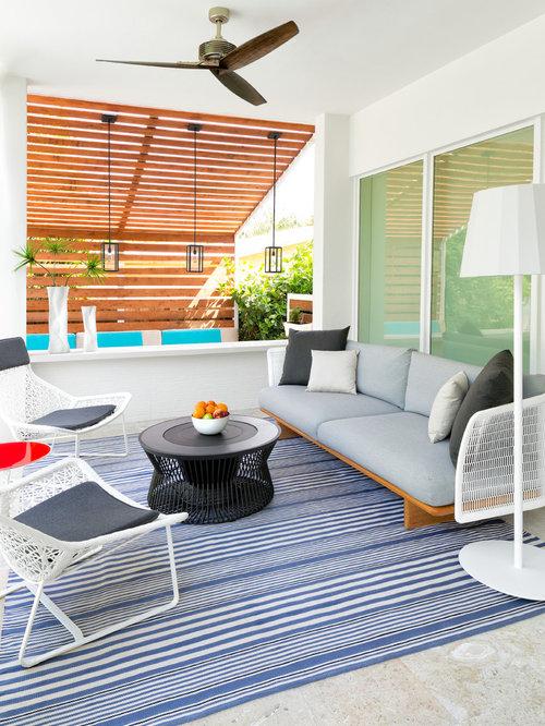 Foto e idee per verande veranda al mare con pavimento in for Proiettato in veranda con camino