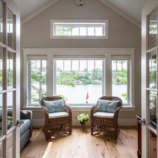 Foto di una piccola veranda classica con parquet chiaro, pavimento marrone, nessun camino e soffitto classico