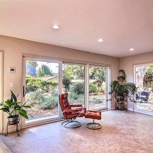 サンフランシスコの中サイズのトラディショナルスタイルのおしゃれなサンルーム (クッションフロア、暖炉なし、標準型天井、茶色い床) の写真