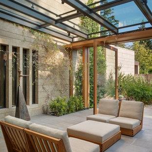 Idee per una veranda minimal di medie dimensioni con pavimento in cemento e soffitto in vetro