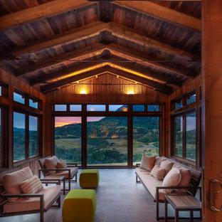 Пример оригинального дизайна: большая терраса в стиле рустика с серым полом, полом из керамогранита и стандартным потолком без камина