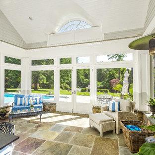 Ejemplo de galería tradicional, de tamaño medio, con suelo de baldosas de terracota y techo con claraboya