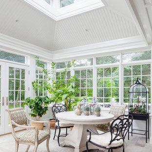 Exempel på ett mellanstort klassiskt uterum, med takfönster, klinkergolv i porslin och beiget golv