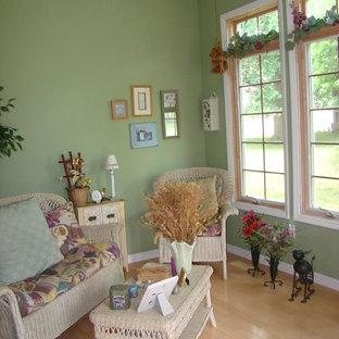 Immagine di una veranda chic di medie dimensioni con pavimento in bambù, nessun camino, soffitto classico e pavimento marrone