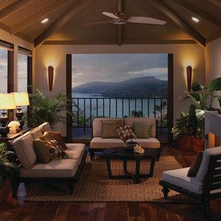 Idéer för att renovera ett mellanstort tropiskt uterum, med mörkt trägolv och tak