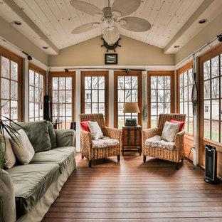 Diseño de galería rústica con suelo de madera oscura y techo estándar