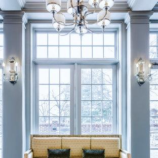 Cette image montre une véranda traditionnelle avec un sol en bois foncé, un plafond standard et un sol bleu.