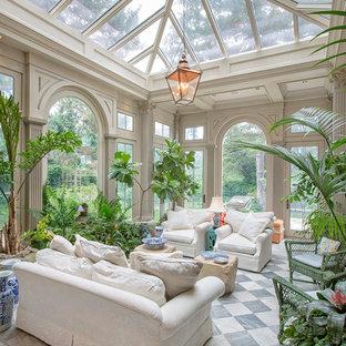 Immagine di una grande veranda tradizionale con pavimento in marmo