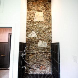 Cette image montre une véranda rustique de taille moyenne avec un sol en carrelage de porcelaine, une cheminée double-face, un manteau de cheminée en pierre de parement, un plafond standard et un sol multicolore.