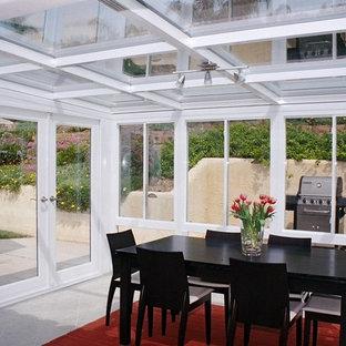 Inspiration för små moderna uterum, med klinkergolv i porslin och glastak
