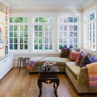Idéer för att renovera ett mellanstort vintage uterum, med mellanmörkt trägolv, tak och brunt golv
