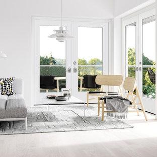 Foto de galería escandinava, de tamaño medio, con suelo de baldosas de cerámica, techo con claraboya y suelo blanco