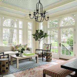 Aménagement d'une véranda classique avec un sol en brique, un plafond standard et un sol rouge.