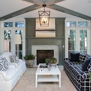 Idéer för ett stort lantligt uterum, med ljust trägolv, en standard öppen spis, en spiselkrans i trä, tak och beiget golv