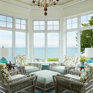 Cette image montre une véranda marine de taille moyenne avec moquette, aucune cheminée, un plafond standard et un sol multicolore.