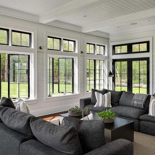 ニューヨークの大きいカントリー風おしゃれなサンルーム (濃色無垢フローリング、標準型天井、茶色い床) の写真