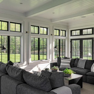 Exemple d'une grand véranda nature avec un plafond standard, un sol gris et un sol en bois foncé.
