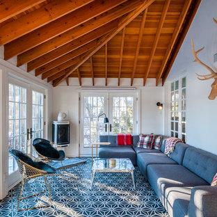 Diseño de galería tradicional renovada con estufa de leña, techo estándar y suelo multicolor