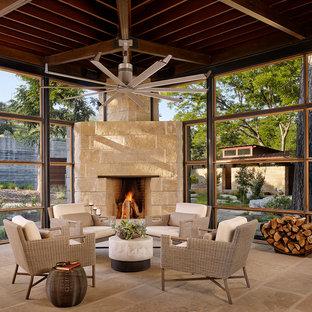 Moderner Wintergarten mit Eckkamin, Kaminsims aus Stein, normaler Decke und beigem Boden in Houston