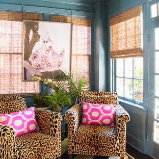 Inspiration för små eklektiska uterum, med målat trägolv, tak och svart golv