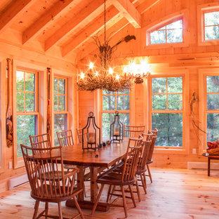 Idée de décoration pour une grand véranda chalet avec un sol en bois clair et aucune cheminée.