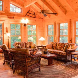 Immagine di una grande veranda stile rurale con parquet chiaro