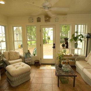 Exemple d'une petit véranda craftsman avec un sol en carrelage de porcelaine, aucune cheminée, un plafond standard et un sol orange.