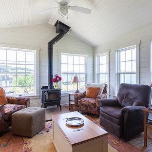 Imagen de galería marinera con suelo de madera en tonos medios, estufa de leña, techo estándar y suelo marrón