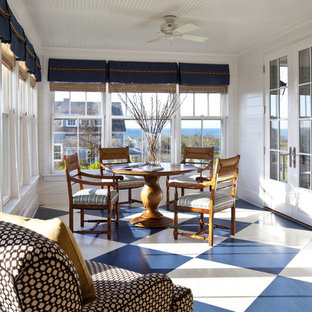 Idee per una grande veranda chic con pavimento in legno verniciato, soffitto classico e pavimento multicolore