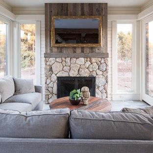 Idéer för att renovera ett mellanstort lantligt uterum, med betonggolv, en standard öppen spis, en spiselkrans i sten och grått golv
