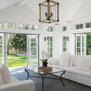 Idee per una grande veranda stile marino con soffitto classico e pavimento grigio