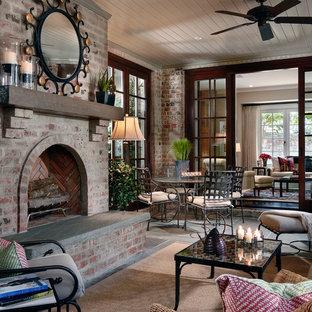 シャーロットの中くらいのトラディショナルスタイルのおしゃれなサンルーム (スレートの床、標準型暖炉、レンガの暖炉まわり、標準型天井、グレーの床) の写真