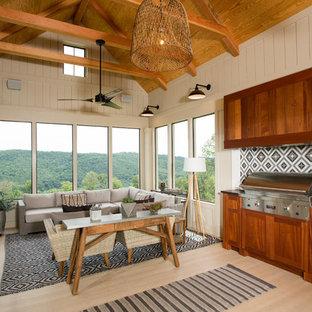Esempio di una veranda country con parquet chiaro, nessun camino, soffitto classico e pavimento beige