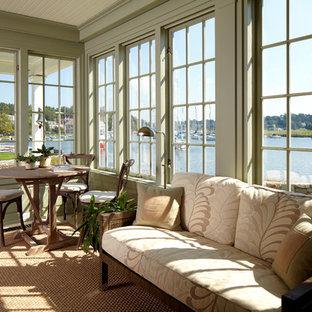 Esempio di una grande veranda classica con soffitto classico, pavimento marrone e nessun camino
