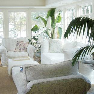 Modelo de galería romántica, de tamaño medio, sin chimenea, con suelo de madera clara, techo estándar y suelo beige