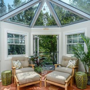 Foto de galería tradicional, de tamaño medio, con suelo de baldosas de terracota y techo de vidrio