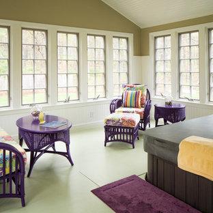Inspiration för mellanstora eklektiska uterum, med målat trägolv, tak och grönt golv