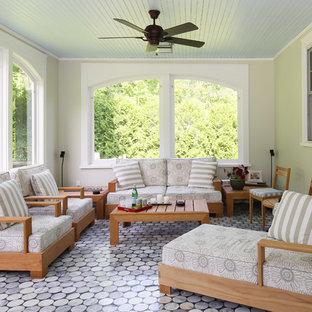 Klassischer Wintergarten ohne Kamin mit Marmorboden, normaler Decke und buntem Boden in New York