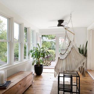 Idées déco pour une véranda exotique de taille moyenne avec un sol en bois foncé, aucune cheminée, un plafond standard et un sol marron.