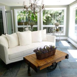 Inspiration pour une véranda style shabby chic de taille moyenne avec un sol en ardoise, un plafond standard et un sol gris.