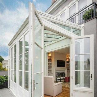 На фото: маленькая терраса в классическом стиле с паркетным полом среднего тона, бежевым полом и стеклянным потолком с
