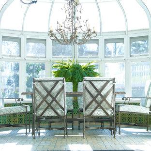 Diseño de galería tradicional renovada, de tamaño medio, sin chimenea, con suelo de ladrillo, techo de vidrio y suelo marrón