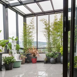Mittelgroßer Moderner Wintergarten mit Porzellan-Bodenfliesen, Glasdecke und grauem Boden in Vancouver