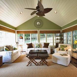 Idée de décoration pour une véranda tradition avec un sol en bois foncé, un plafond standard et un sol marron.