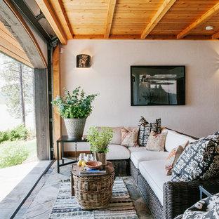 Cette photo montre une véranda sud-ouest américain de taille moyenne avec un sol en ardoise, un plafond standard, aucune cheminée et un sol bleu.